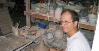 Poterie : lampes à pétrole et vases en grès
