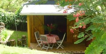 Bungalow créole en bois au calme  dans la verdure et les fleurs