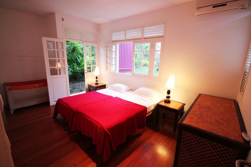 Villa luxe yin yang vue mer plage 100m location for Chambre yin yang